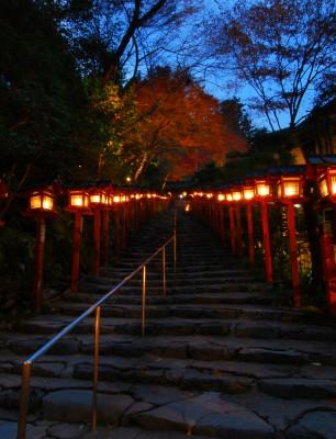 Lanterns-lighting-the-path-to-Kibune-Shrine-Kyoto