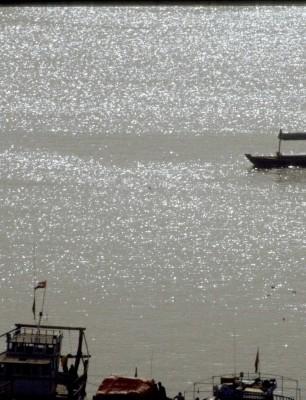 A-traditonal-Abra-boat-crossing-Dubai-Creek