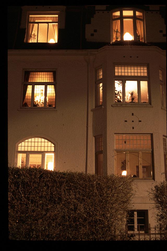 9.家々の窓際に灯るあかり