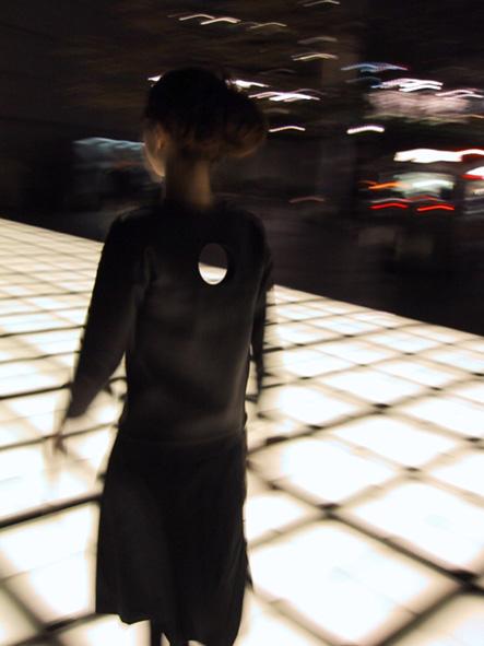 13.東京国際フォーラムでの撮影風景。背中を抜ける光床。