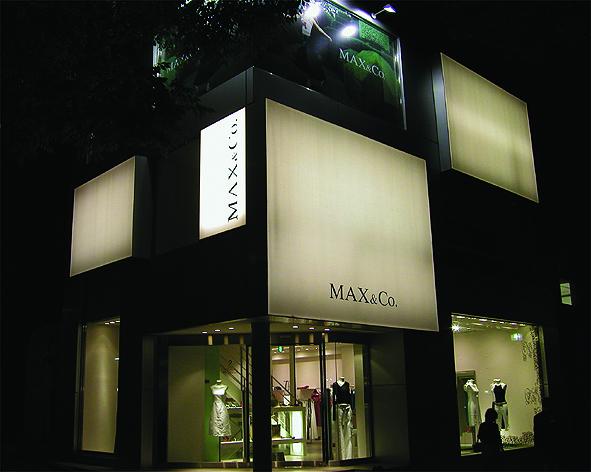 4.Max & Co. キューブ型のファサード