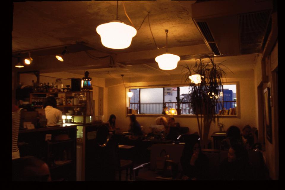 9.都会の一角の古いマンションで隠れ家的カフェを発見