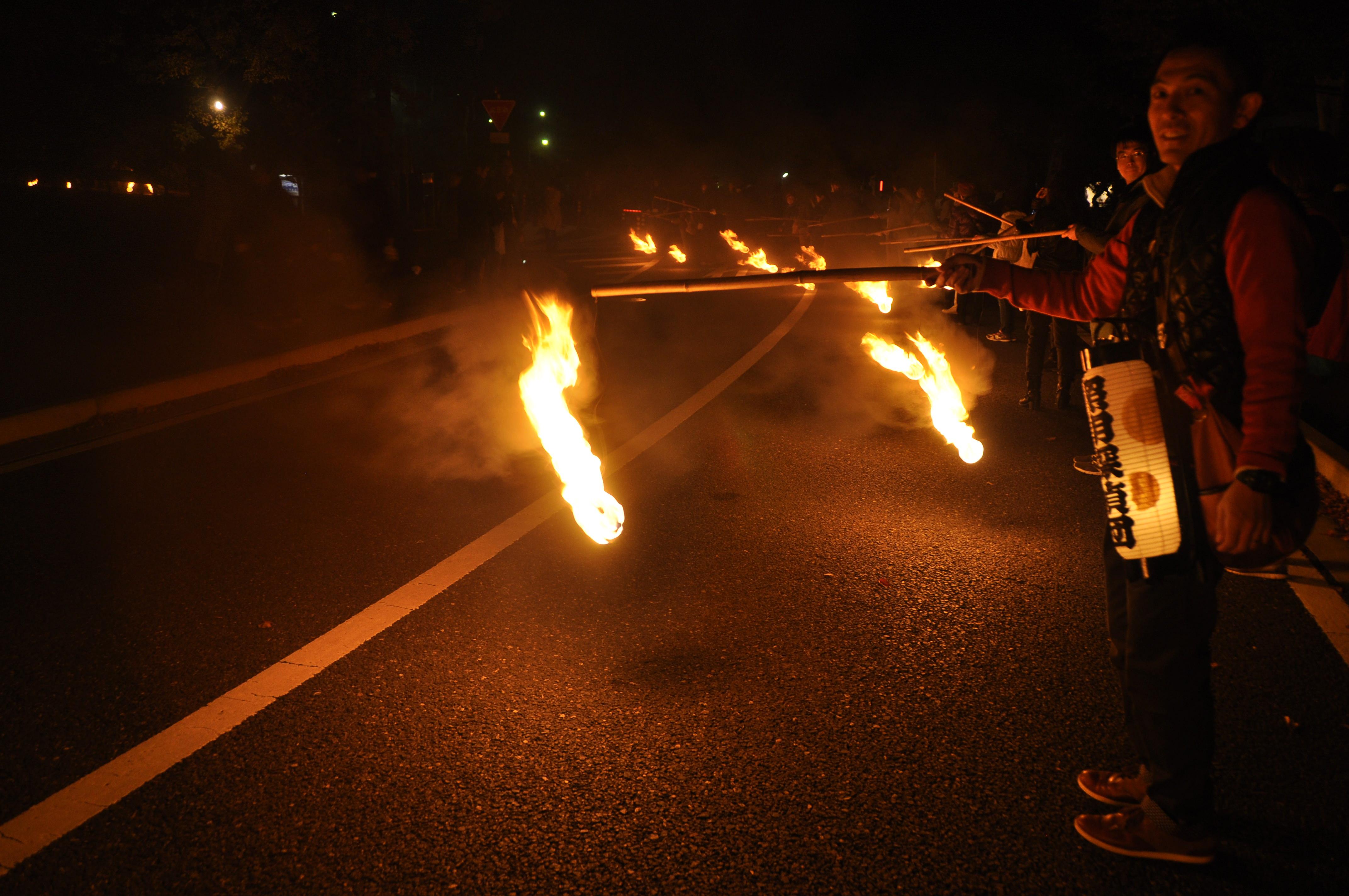 予想より大きい炎に腰がひけている。