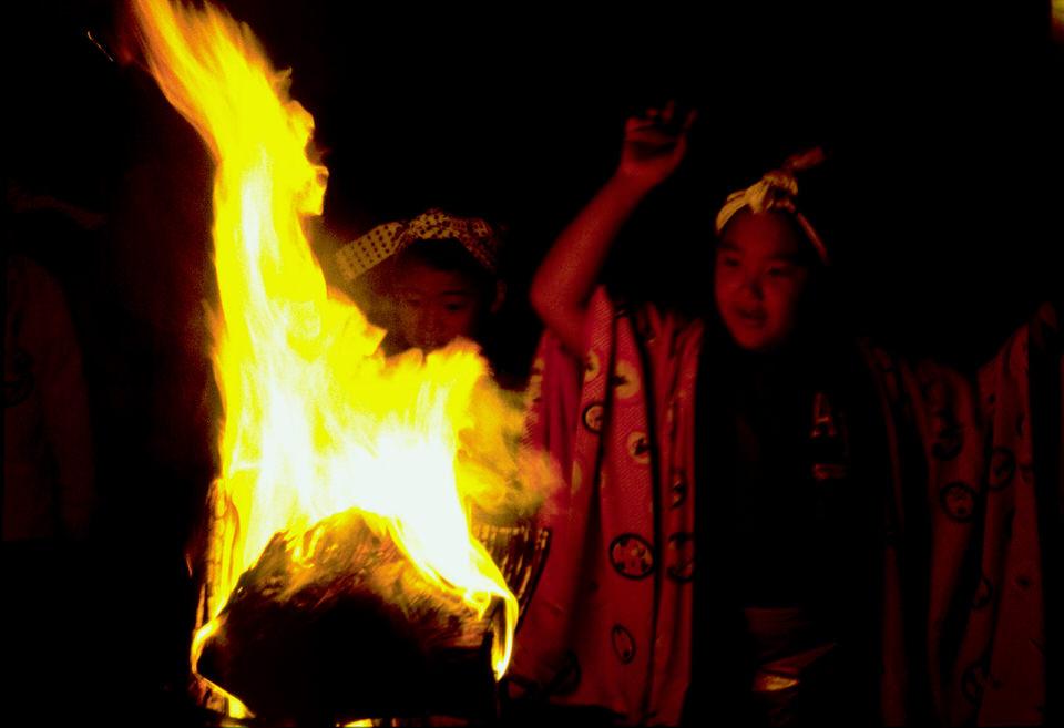 6.子供たちも火の周りを楽しげに踊っていた