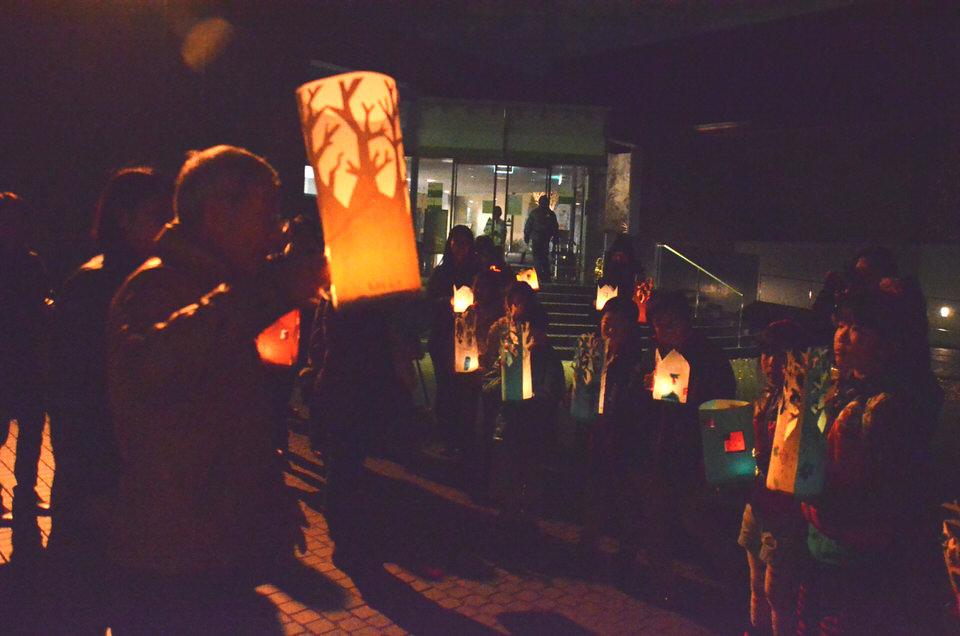 行灯づくりが終わって、面出団長を先頭に園内パレードがスタート。