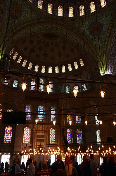 16.ブルーモスク室内、礼拝しているイスラム教徒と観光客達