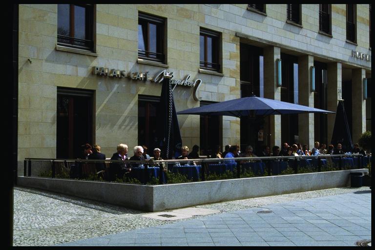 3.歩道幅の広い大通りに面したオープンエアのカフェ