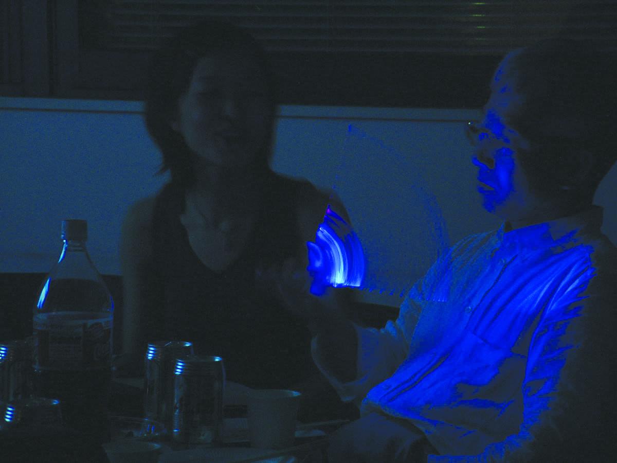 14.妖しげに光る青いうちわ