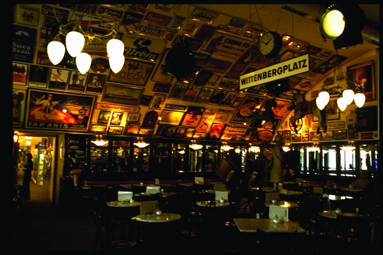 2.高架下のクラシカルなカフェ
