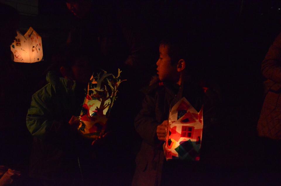 おうち型行灯と森モチーフの行灯がきれいに光っています。