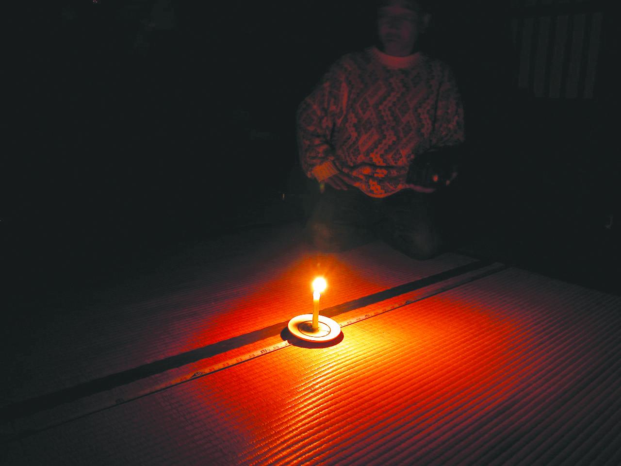 2.ろうそくの灯りの測定。ゆらめく炎が室内を浮かびあ