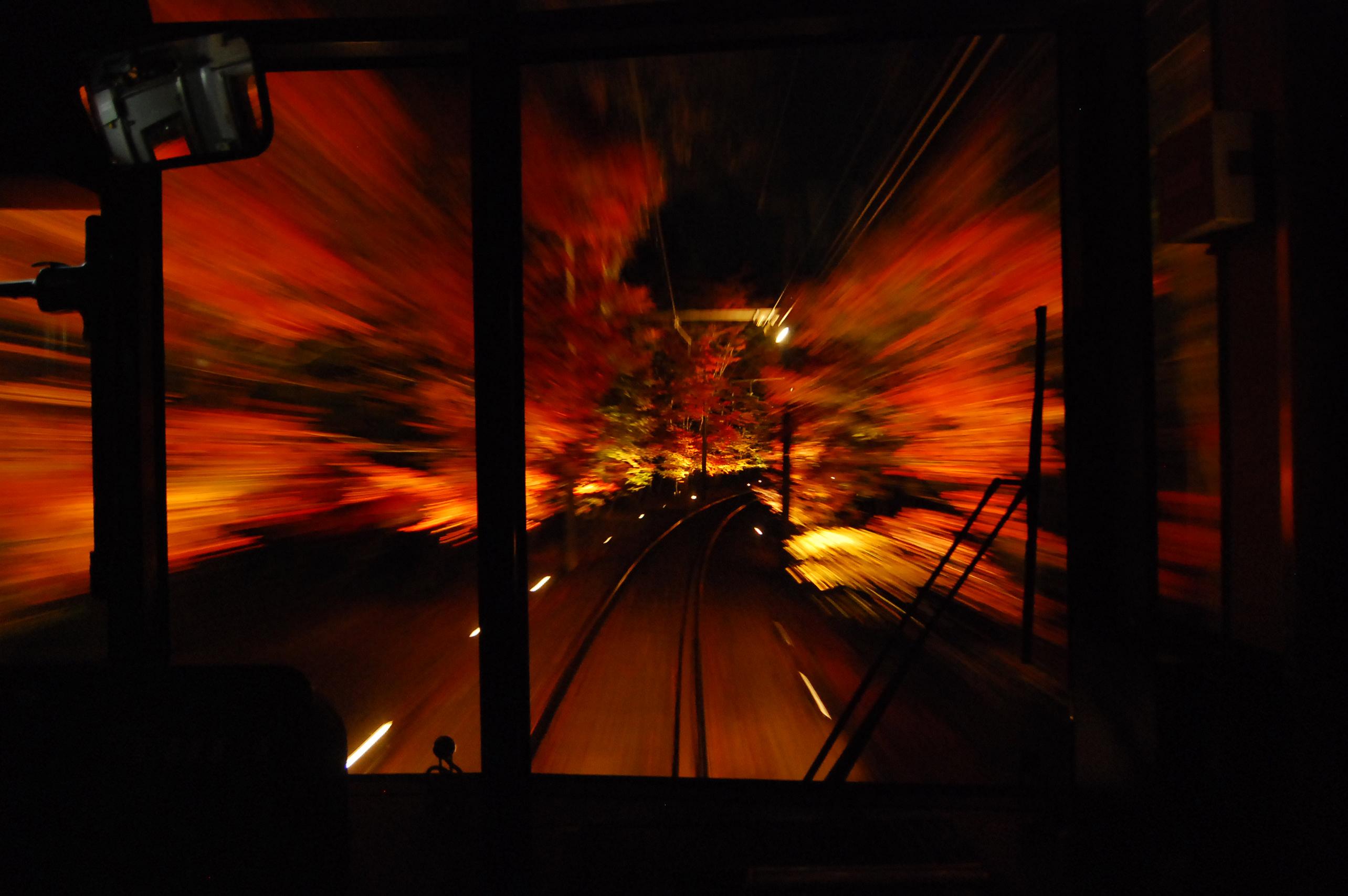 16_真っ黒な線路沿いに真っ赤な紅葉が浮かび上がる