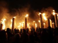 会場となる五老山すべての松明に点火され、祭りもピークに。