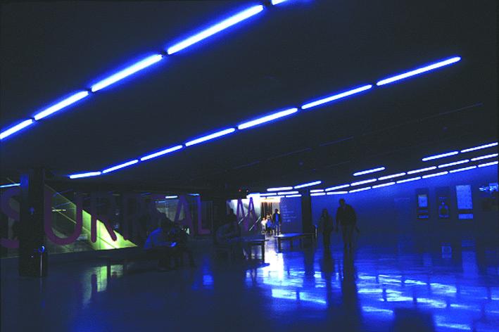 4.ブルーの光で満ちたエントランス