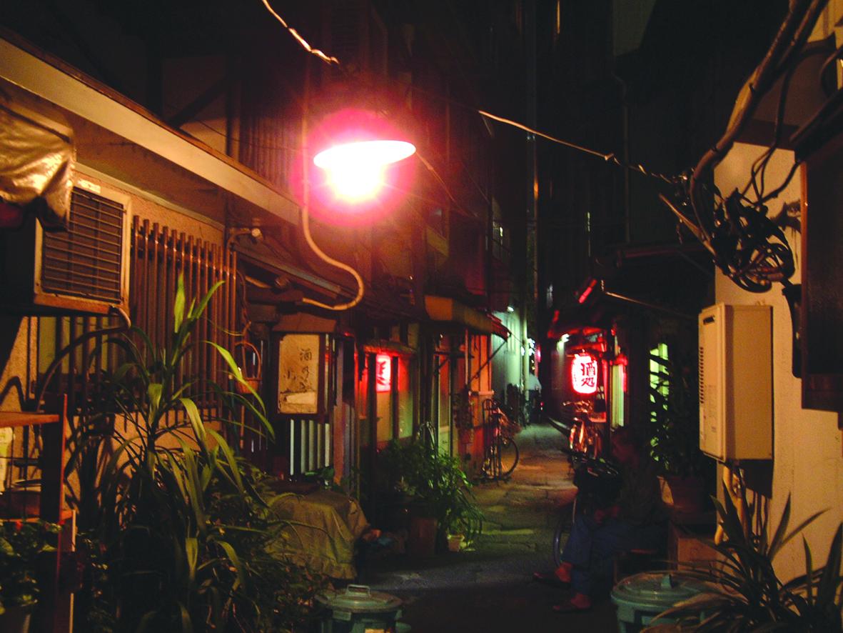 18.アーケード脇の赤提灯の明かり