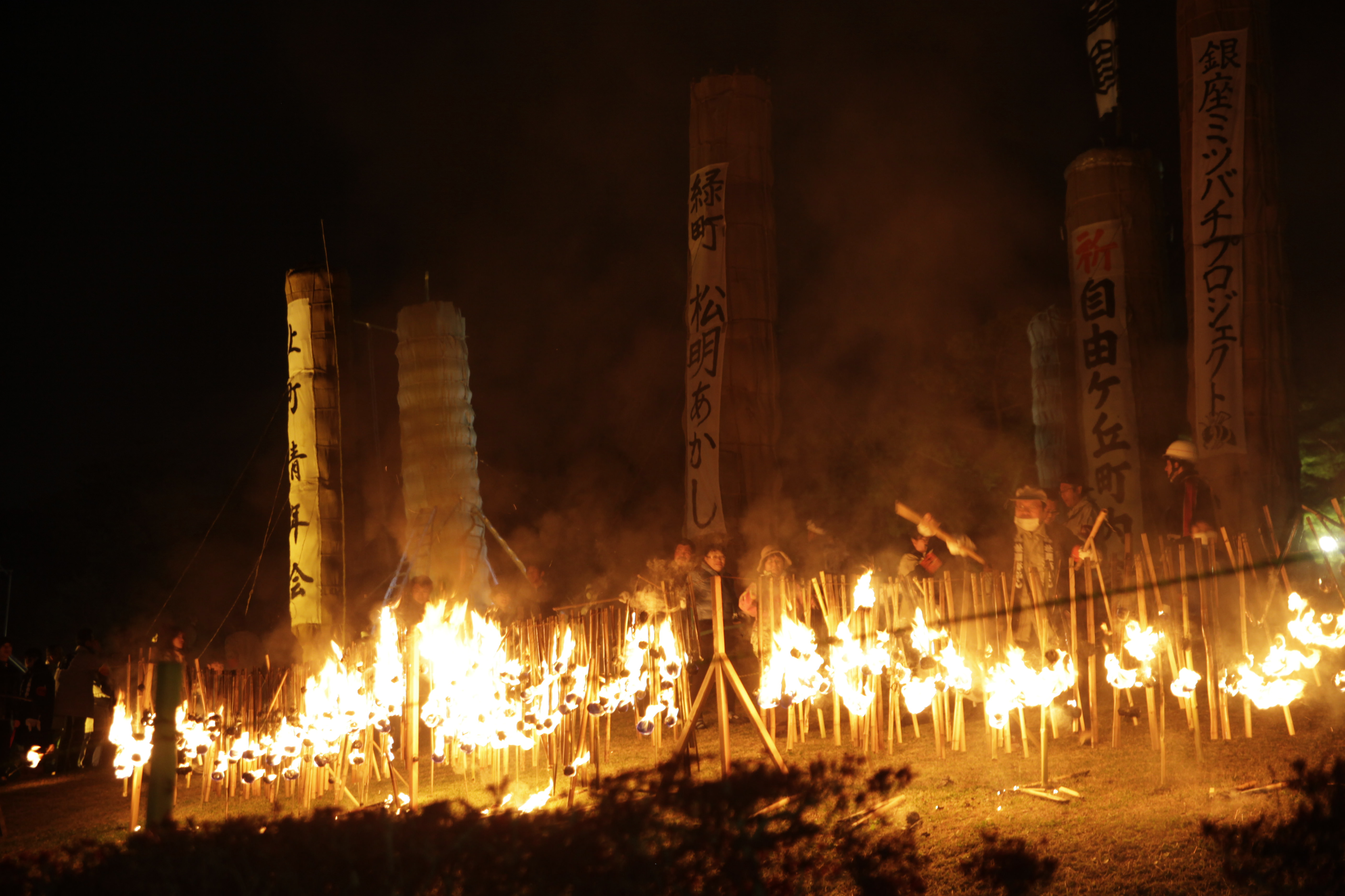 小松明は、大松明の周りの柵にかけて燃やす。