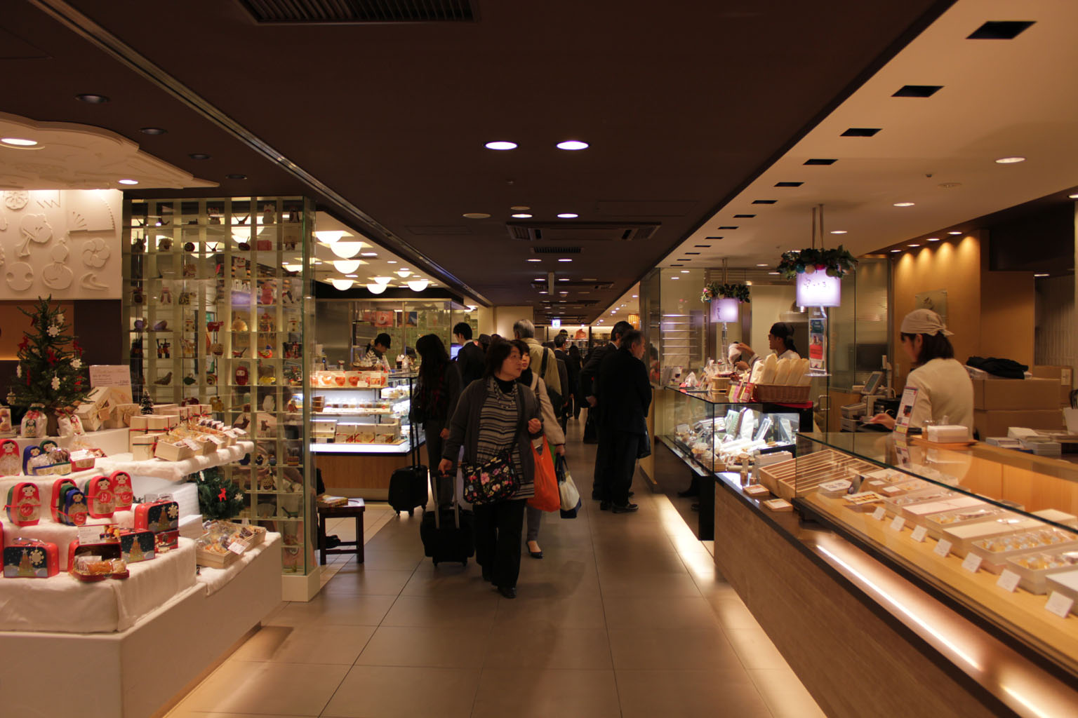 商品棚300-500lux_3000Kで統一感があり雰囲気がよい