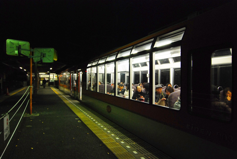 15_大きな窓を備えた叡山電車