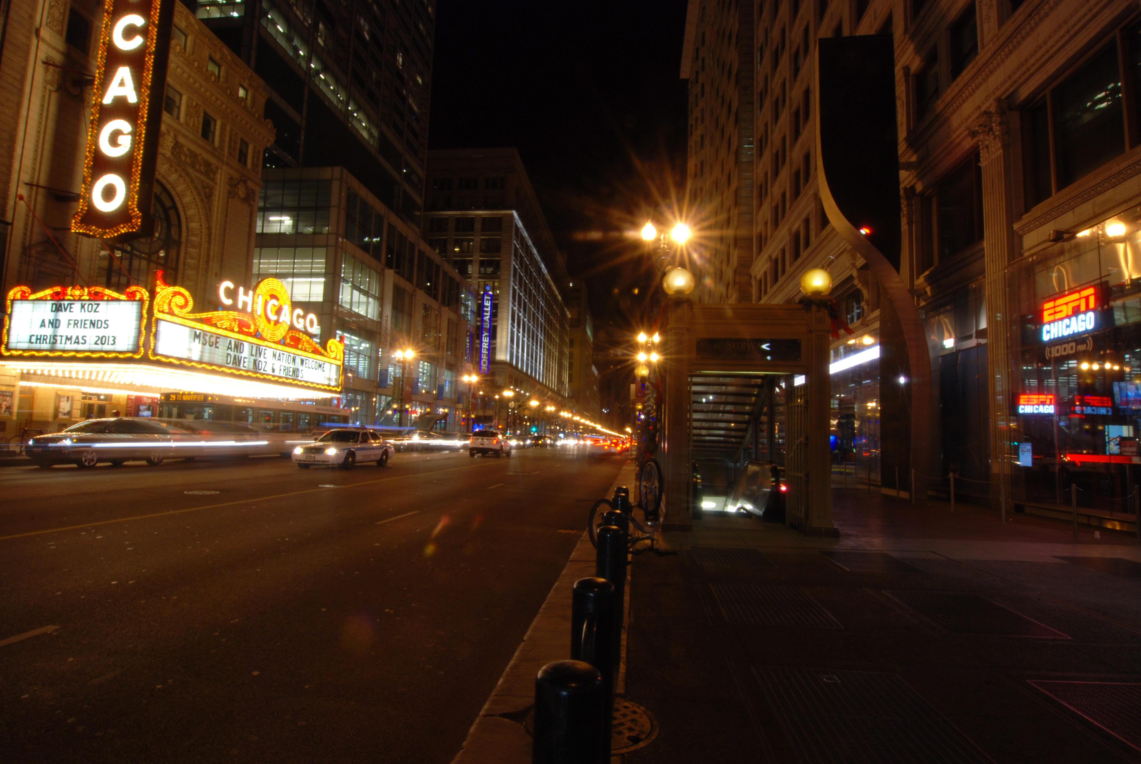 シカゴ劇場前 ポール灯がクラシカルなデザインのものに変わっていた