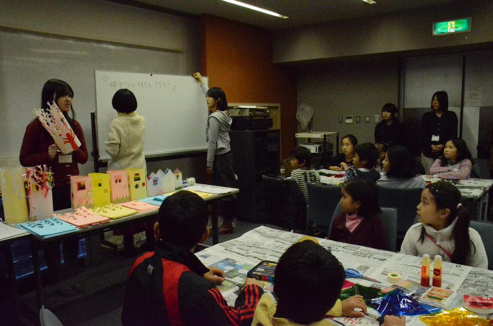 大学生ボランティアが作り方を説明。