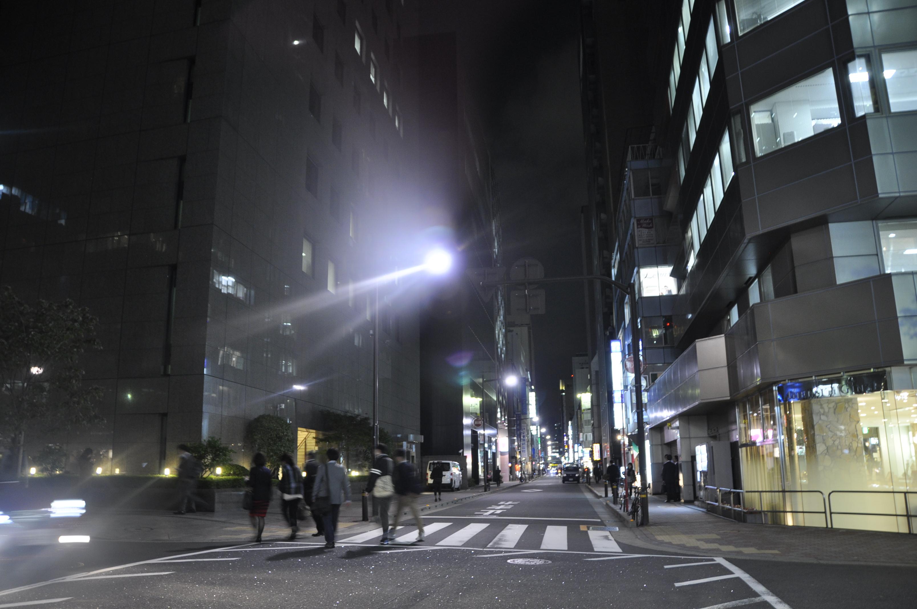 松屋通り、色温度高め、街路灯も白い