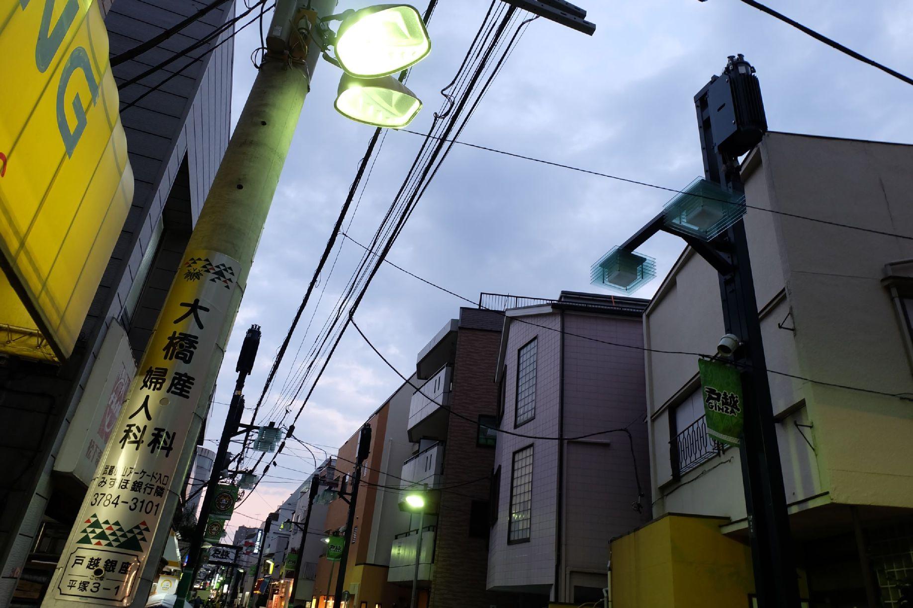 混在する2種類の街路灯
