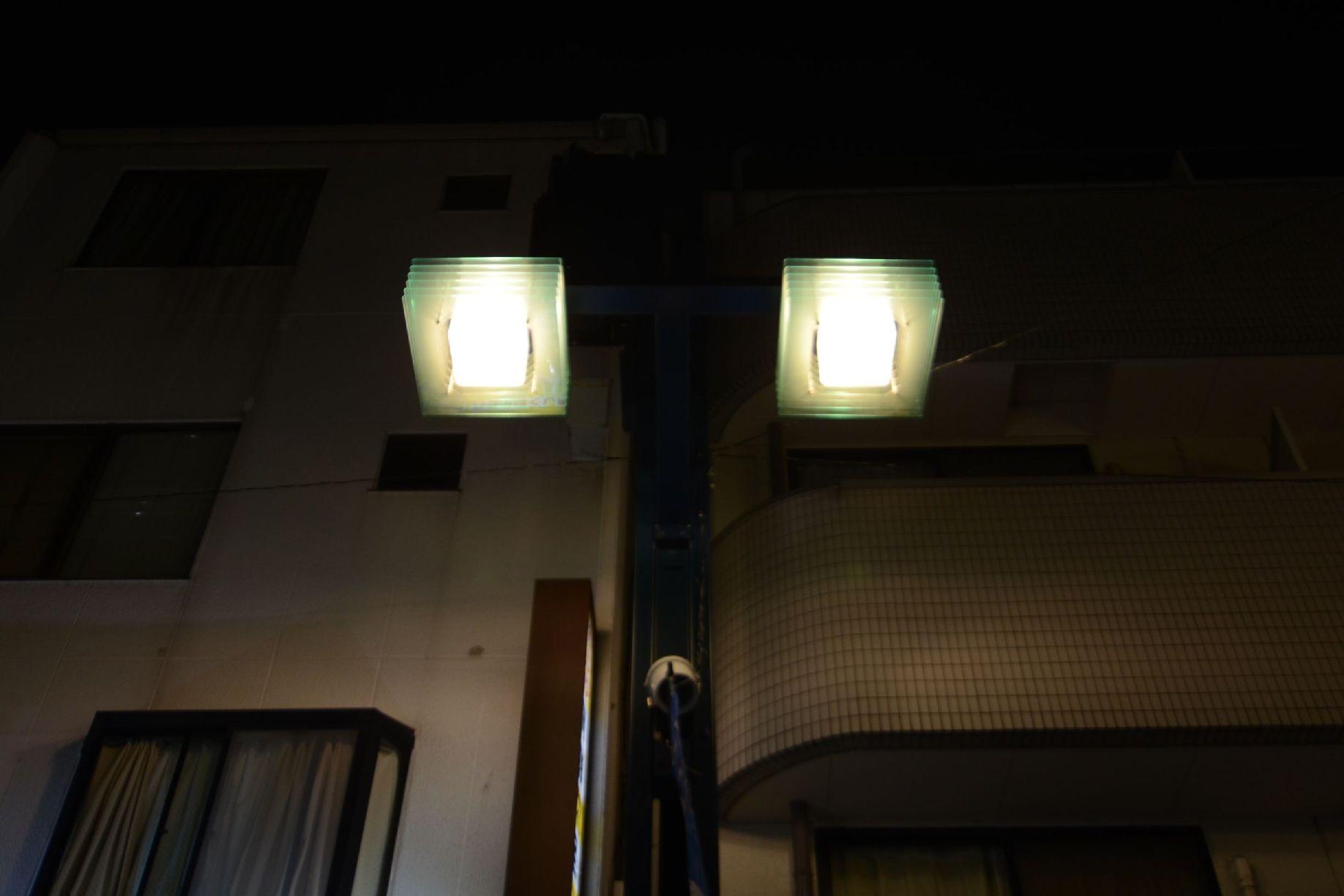 色温度の低い街路灯