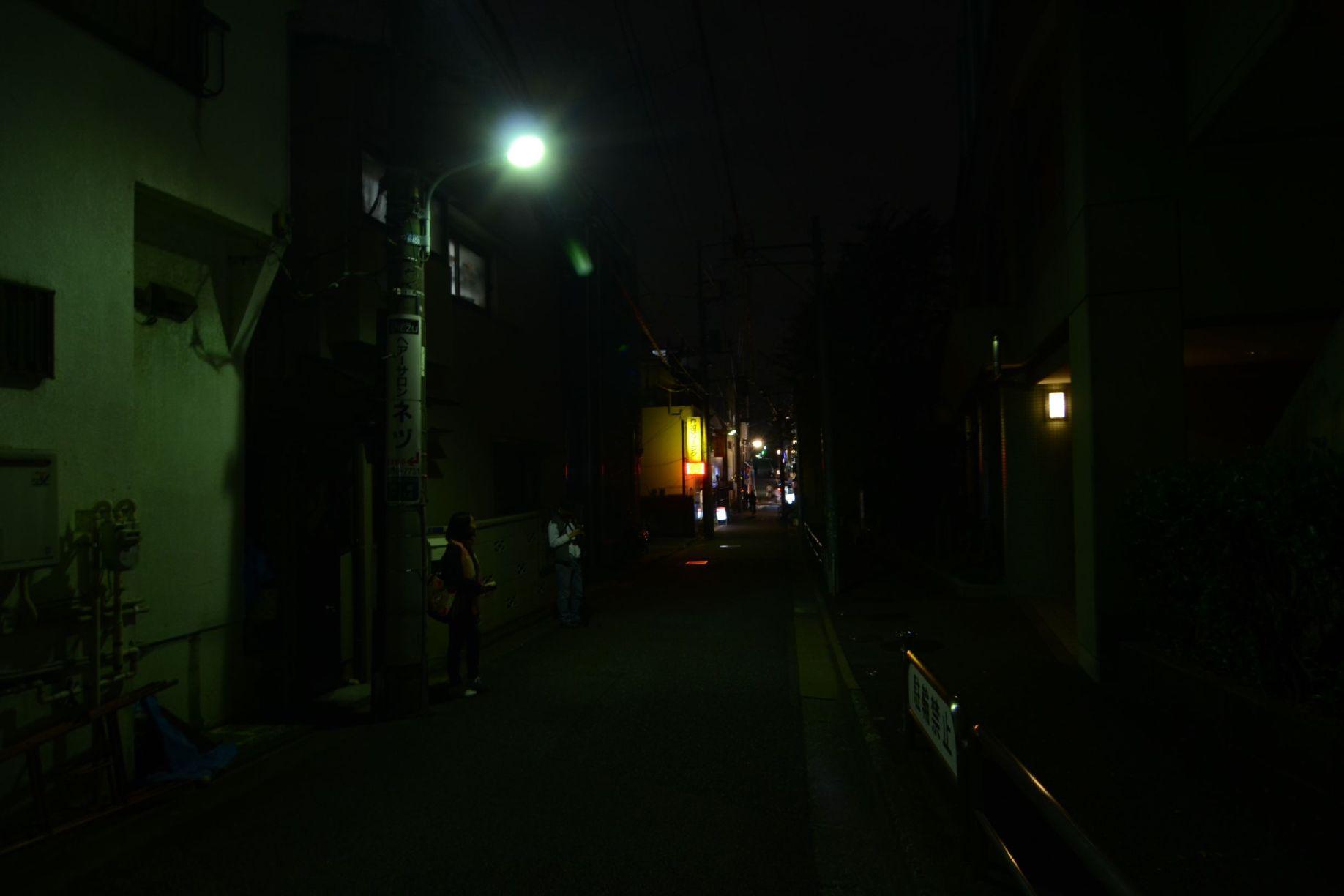 中央街から伸びる道、女性一人で歩くには危険
