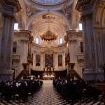 サンタ・マリア・マッジョーレ教会のミサ。やわらかな光の中で、信徒の歌が響く