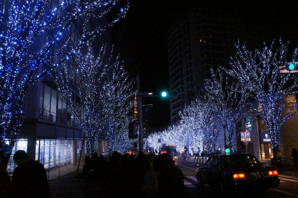 christmas light display at keyakizaka in roppongi which changes its color from red to white over time