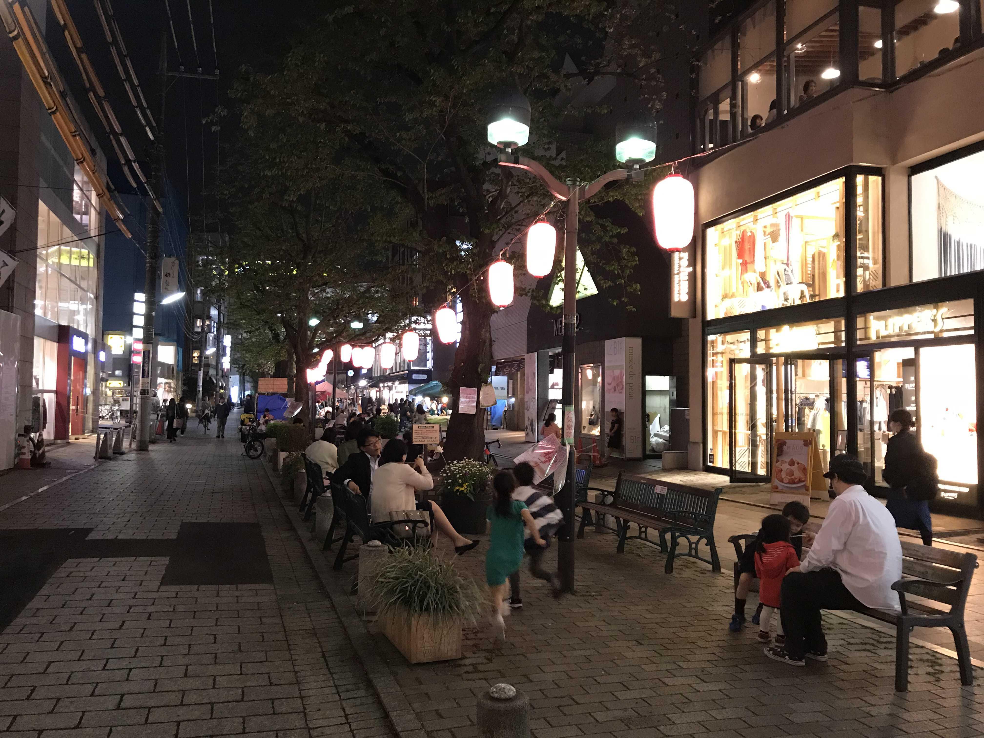 (写真4)グリーン・ストリートでくつろぐ人々
