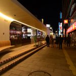 Ekimae Dori_市電の停留所がある範囲はポール灯のピッチがとんでおり、停留所の間接照明が歩道の照明を兼ねている