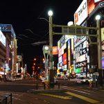 Susukino_看板照明が鉛直面の明るさを形成している。繁華街でもポール灯はナトリウムランプ